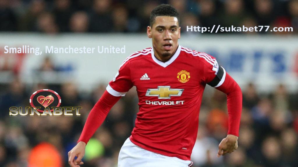 Bek Manchester United Chris Smalling menderita patah kaki