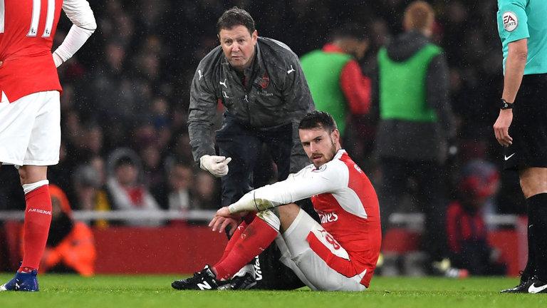 Gelandang Arsenal Aaron Ramsey menunggu berita dari scan pada betis yang terluka