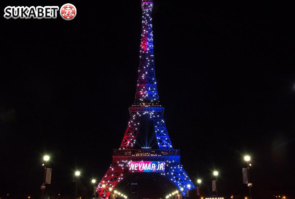 Kedatangan Neymar di Paris Disambut Menara Eiffel