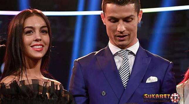 WOW Cincin Tunangan Cristiano Ronaldo Seharga 3 unit Toyota Alphard